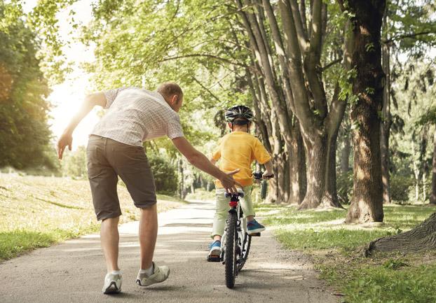 papá y niño en bicicleta